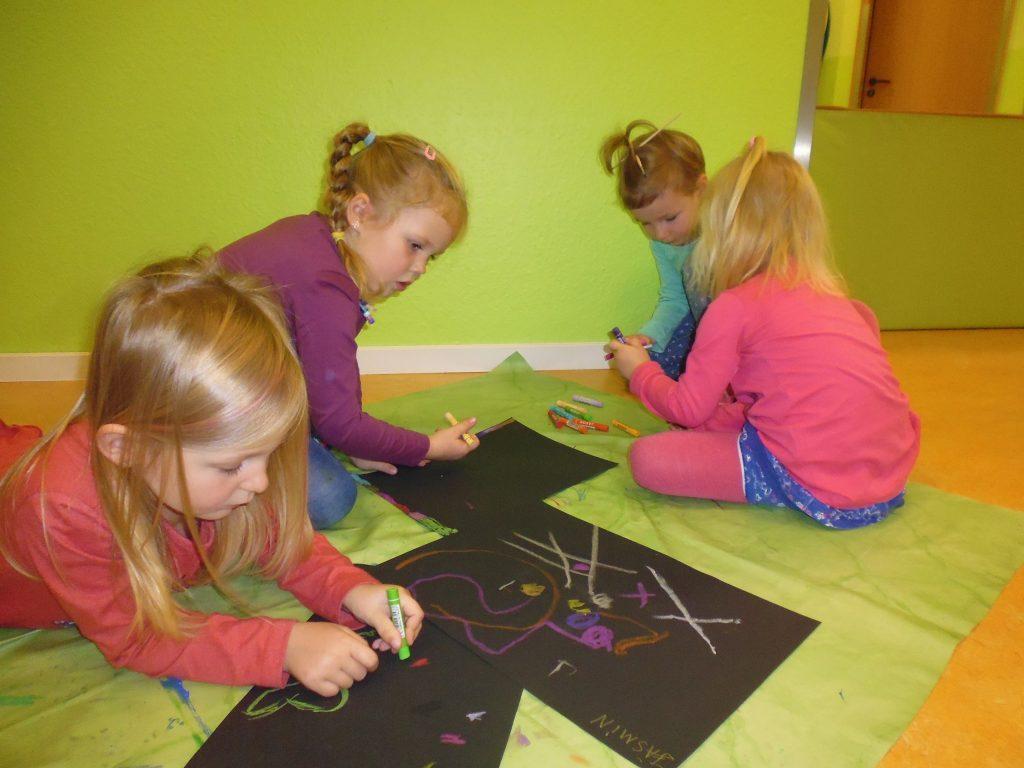 Kinder beim malen nach Geschichten von der Malerin Hanna Noack